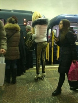 Metroda Herkesin İçinde Soyunmaya Başladı...