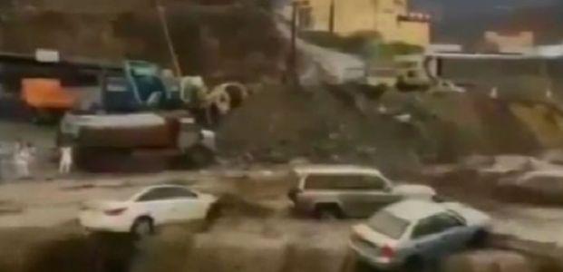 ARABİSTAN'I SEL VURDU: EN AZ 18 ÖLÜ...