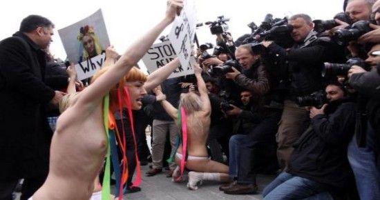 FEMEN KIZLARI ORTALIĞI KARIŞTIRDI
