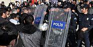 AK PARTİ ÖNÜNDE POLİS MÜHALESİ...