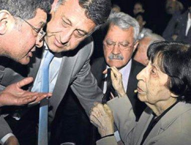 RAHŞAN ECEVİT'E ŞOK PROTESTO!