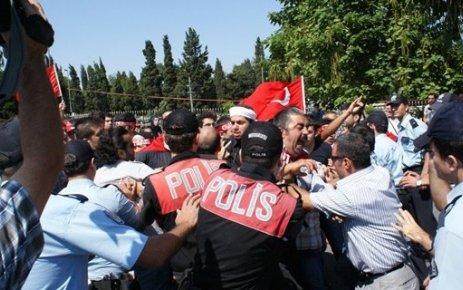 ŞEHİTLİKTE PROTESTO...