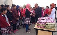 ÖĞRENCİLERE 'TÜRBAN' DAĞITTI!